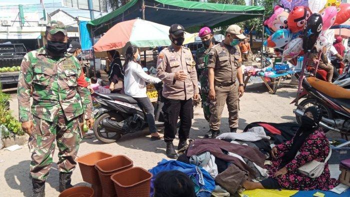 Cegah Covid 19, Babinsa Koramil 410-01/Panjang Tegur Pengunjung Pasar  yang Tidak Gunakan Masker