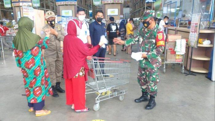 Pantau Prokes di Indogrosir, Pelda Romulo : Pengunjung Semakin Ramai dan Wajib Patuhi Prokes