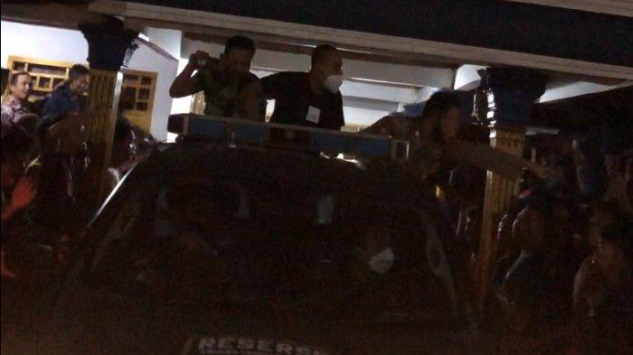 Warga Lampung Utara Marah Kepung Begal di Rumah Kades, Evakuasi Berlangsung Dramatis