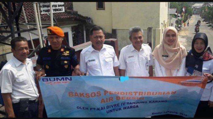 PT KAI DIVRE IV Tanjung Karang Distribusikan Air ke Kelurahan Sukamenanti Kedaton