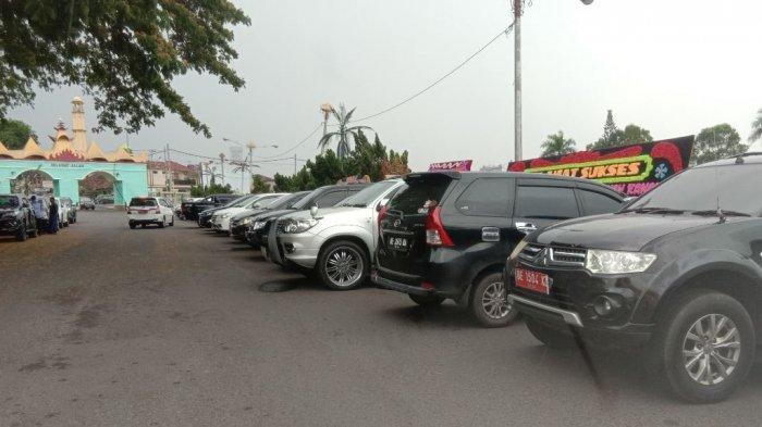 5 Pjs Bupati di Lampung Dilantik, Puluhan Mobil Pelat Merah Berjejer di Depan Balai Keratun