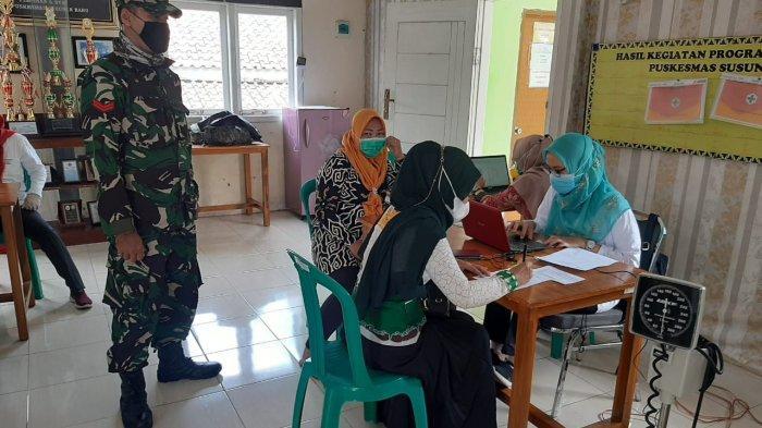Babinsa Koptu Benny Pantau Pelaksanaan Vaksinasi Sinovak tahap II di Puskesmas Susunan Baru