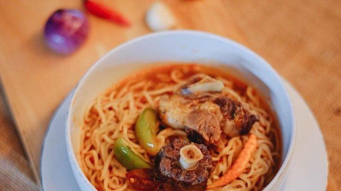 Sensasi Asam dan Pedas Santap Ramen Sop Buntut di Eatboss