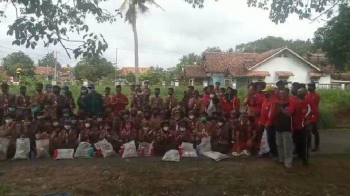 Ratusan Siswa SMP Karya Bhakti Sisiri Sampah di Sepanjang Jalan Tiyuh Panaragan