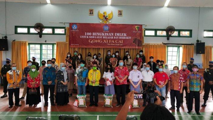Rayakan Tahun Baru Imlek 2572 Kongzili, PSMTI Lampung Bagikan 100 Bingkisan ke Pelajar Tionghoa