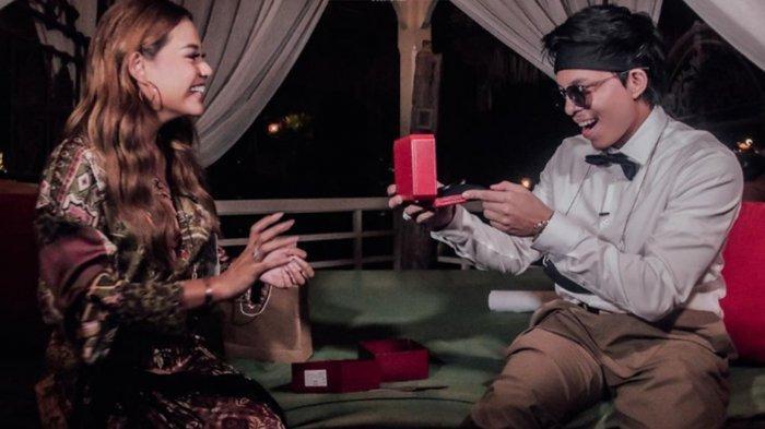 Rayakan Ultah Ke-26, Atta Halilintar Dapat Kejutan Romantis dari Aurel Hermansyah
