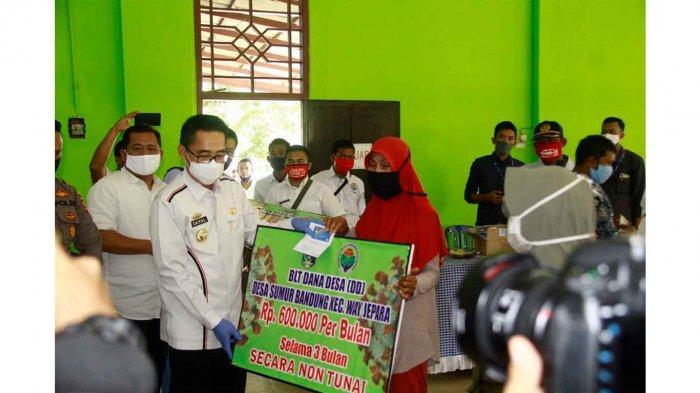 Bupati Lampung Timur Zaiful Bokhari Serahkan 1742 Penerima BLT DD di Kecamatan Way Jepara