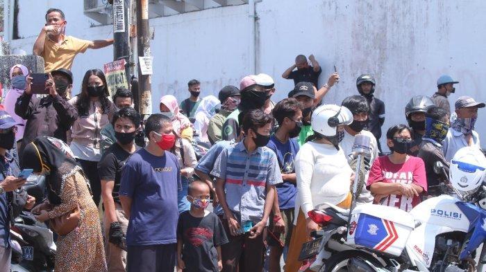 Rekonstruksi Penusukan Syekh Ali Jaber Jadi Tontonan, Warga Penasaran dengan Sosok Alfin