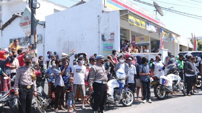 Rekonstruksi kasus penusukan Syekh Ali Jaber menjadi tontonan warga sekitar, Kamis (17/9/2020). Reka ulang digelar di Masjid Falahudin, Jalan Tamin, Kelurahan Sukajawa, Kecamatan Tanjungkarang Barat, Bandar Lampung.