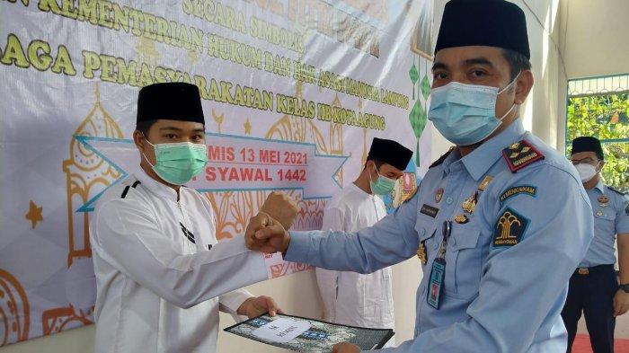 Karutan Kota Agung Akhmad Sobirin Soleh menyerahkan remisi untuk 140 warga binaan rutan, Kamis (13/5/2021).