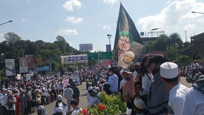 Habib Rizieq Shihab Disambut Ribuan Massa Saat Datang ke Bogor