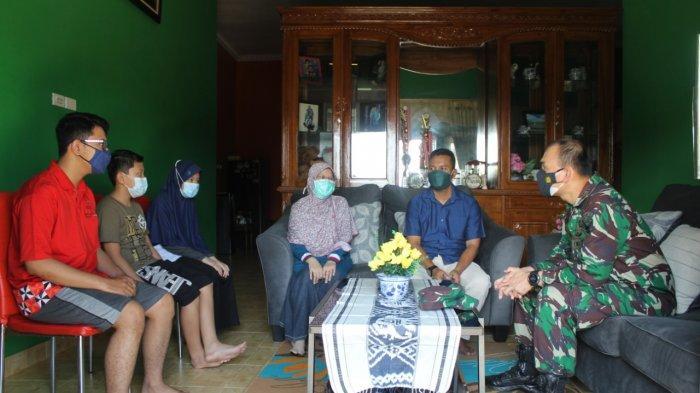 Perkuat Silaturahmi TNI, Dandim 0410/KBL Kunjungi Rumah Anggota Kodim