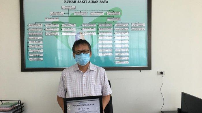 Direktur RS Airan Raya dr Zuchrady, M.M, PIA menunjukkan penghargaan yang diraih RS Airan Raya dari BPJS Kesehatan Tingkat Kedeputian Wilayah Banten, Kalimantan Barat, dan Lampung.