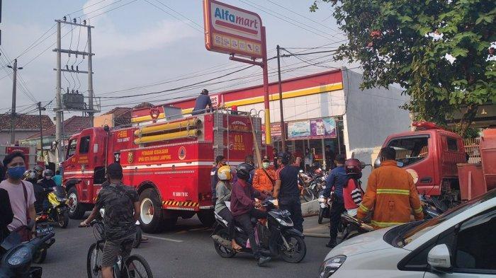 Mobil damkar berupaya memadamkan apiyang membakar rumah di Jalan Panglima Polim, Gang Mawar Putih 3, Kelurahan Segala Mider, Kecamatan Tanjungkarang Barat, Bandar Lampung, Rabu (7/10/2020).