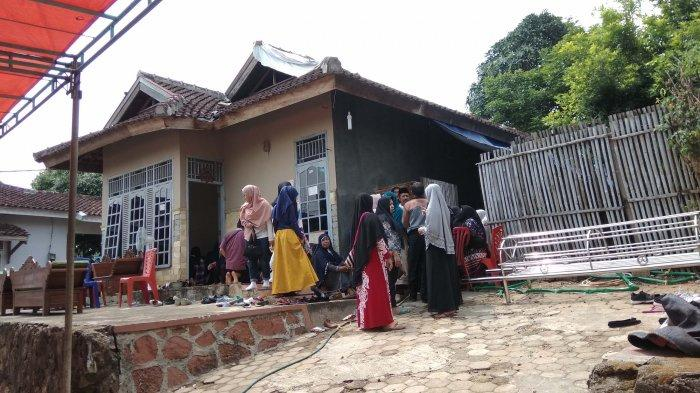 BREAKING NEWS - Pelayat Ramai Datangi Rumah Duka Iqbal, Mahasiswa UIN Lampung yang Tewas Tenggelam