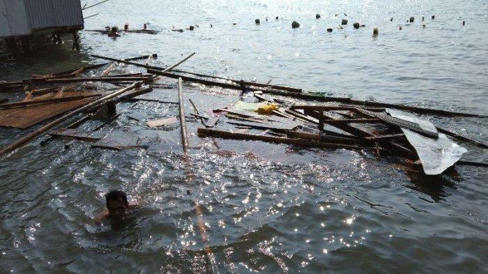 Rumah Semi Permanen di Perairan Teluk Lampung Luluh Lantak Diterjang Ombak Besar