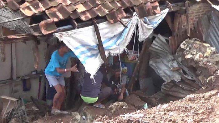 Rumah warga di Pasir Gintung terkena longsor.