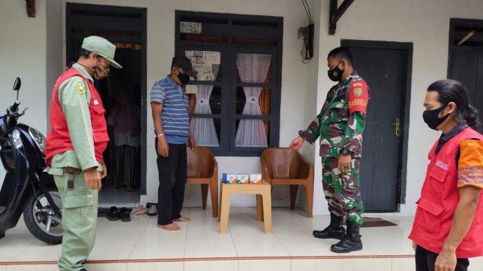 Kepedulian TNI, Babinsa Koramil 410-03/TBU Rutin Bagikan Obat dan Vitamin Bagi Warga yang Isoman