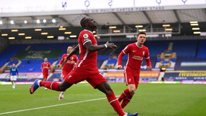 Penyerang Liverpool Sadio Mane melakukan selebrasi seusai mencetak gol ke gawang Everton dalam lanjutan Liga Inggris di Goodison Park, Sabtu (17/10/2020) malam WIB.