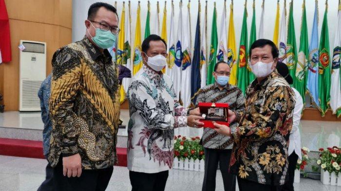 Kementerian Dalam Negeri (Kemendagri) dan Kementerian Sosial (Kemensos), melakukan Penandatangan Nota Kesepahaman (MoU) dengan Forum Rektor Indonesia (FRI), di Jakarta, Senin (29/3/2021)