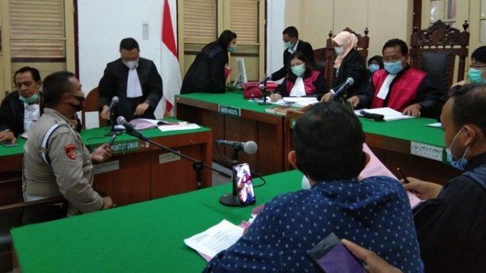 Saksi dari Propam Polrestabes Medan memberi keterangan dalam sidang perkara oknum polisi Andi Arvino (35), di Ruang Cakra 6 Pengadilan Negeri (PN) Medan, Selasa (17/11/2020).