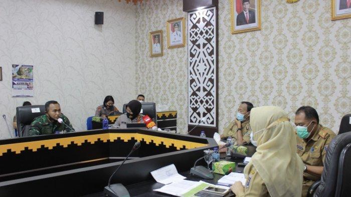 Wakil Ketua Satgas Percepatan Penanganan Covid-19 Kota Metro AKB Retno Prihawati memimpin rapat koordinasi antisipasi penyebaran Covid-19 di aula kantor pemkot, Senin (26/10/2020).