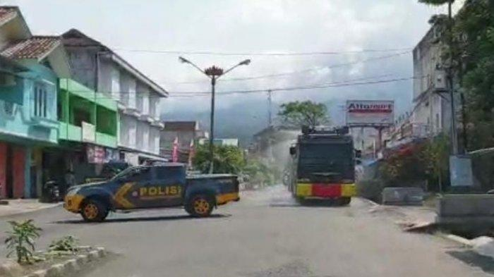 Satgas Covid-19 Tanggamus Semprot Disinfektan di Pasar Pakai Water Cannon