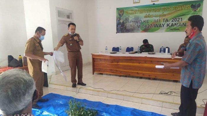 Satgas TMMD Latih Pembuatan Pakan Fermentasi bagi Peternak Negeri Batin Way Kanan