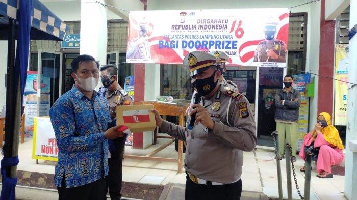 HUT ke-76 RI, Satlantas Polres Lampung Utara Bagikan Doorprize bagi Warga Taat Pajak
