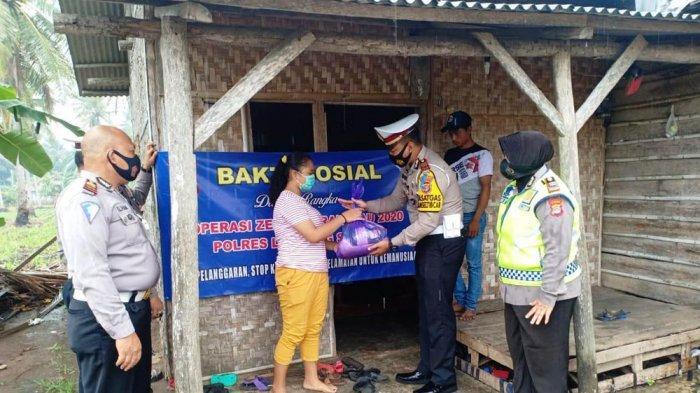Satlantas Polres Lampung Selatan Bagikan Paket Sembako Kepada Warga Kurang Mampu di Kalianda