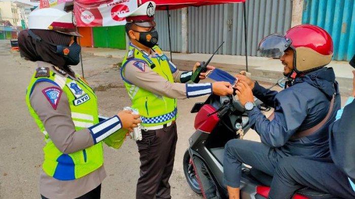 Satlantas Polres Pringsewu Bagikan Ratusan Masker ke Pengendara