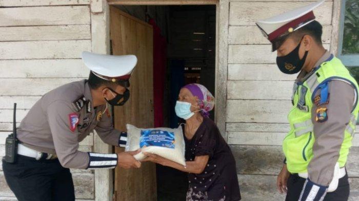 Satlantas Polres Tanggamus Lampung Berikan Bantuan Sosial, Dalam Rangkaian Ops Patuh Krakatau 2021