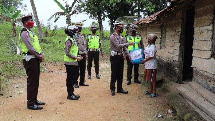 Satlantas Polres Tulangbawang Bagikan Puluhan Paket Sembako