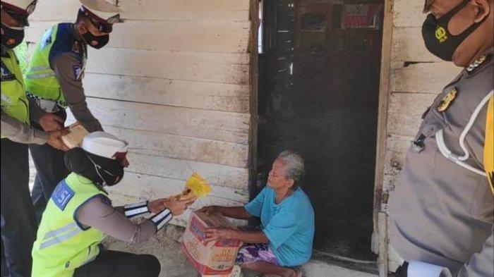 Satlantas Polres Tulangbawang Bagikan Sembako Kepada Warga di Dua Kampung