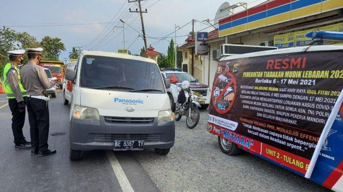 Satlantas Polres Tulangbawang membagikan takjil dan leaflet kepada pengendara yang melintas di Jalan Lintas Timur Km 130, Kampung Lebuh Dalem, Kecamatan Menggala Timur, Tulangbawang, Minggu (18/4/2021).