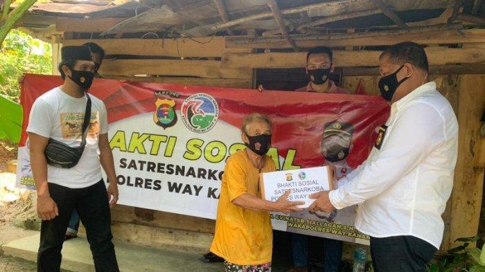Satnarkoba Polres Way Kanan Bagikan Sembako di Blambangan Umpu