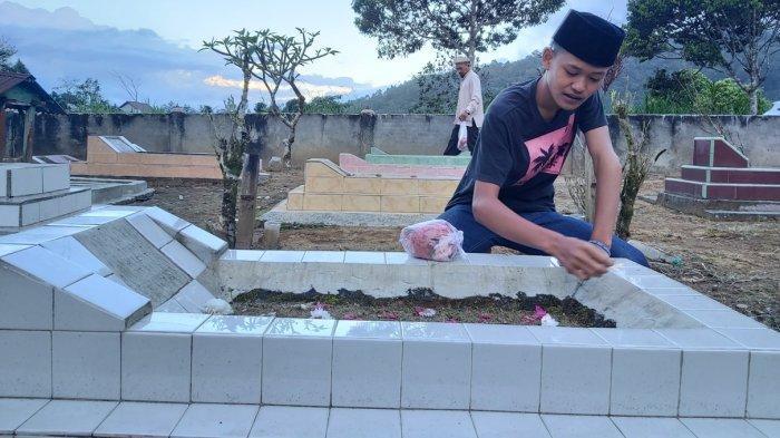 Sehari Jelang Lebaran 2020, Ratusan Orang Datangi Pemakaman di Lampung Barat, Ziarah Kubur