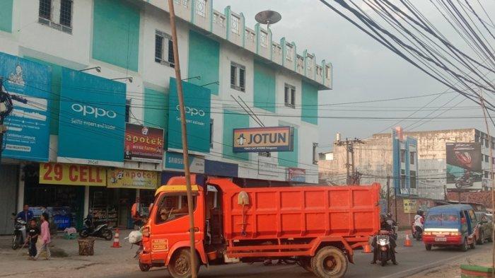 Sejumlah Kendaraan Paksa Masuk ke Simpang Jalinbar Pringsewu Lampung, Akibatkan Antrean