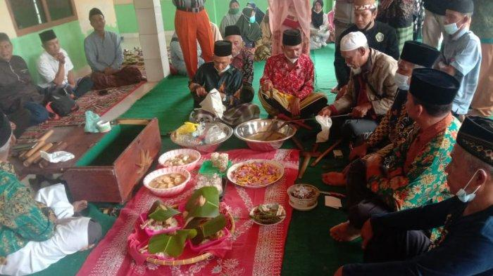 Suasana acara Pangku Paliare di Masjid Babussalam Pekon Mutar Alam, Way Tenong, Lampung Barat, Jumat (3/9/2021).