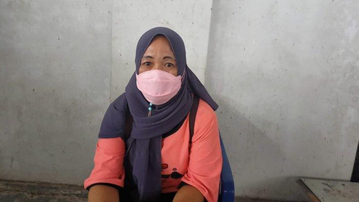 Gagal Vaksin, Seorang Wanita Menangis di Pintu Gor Way Handak Lampung Selatan