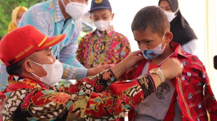 Bupati Parosil Bagikan Seragam Gratis untuk Ratusan Siswa di Lampung Barat