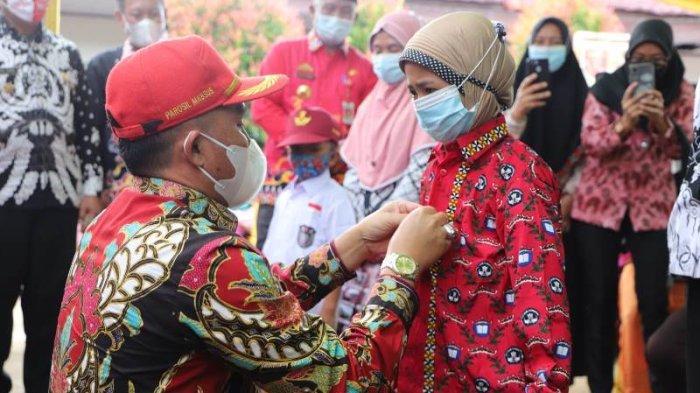 Bupati Lampung Barat Serahkan Bantuan Ratusan Seragam Sekolah Gratis