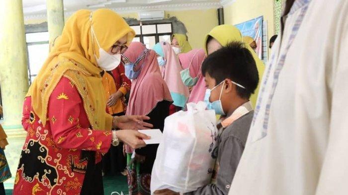 BKMT Pesisir Barat Salurkan Bantuan untuk 100 Anak Yatim