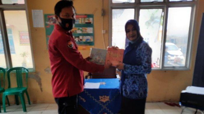 Kenalkan Polri Sejak Dini, Polres Lampung Utara Bagikan Buku tentang Polri ke Sekolah Dasar