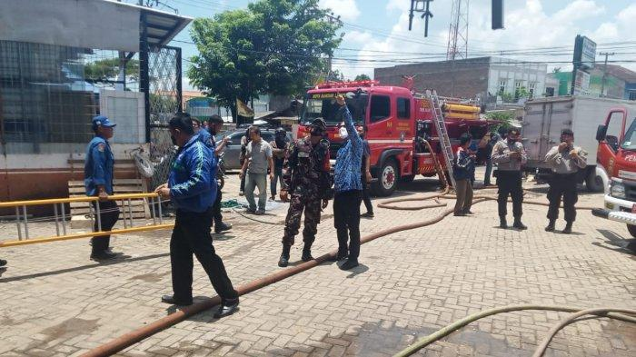 Babinsa Koramil 410-05/TKP Serka Agus Raharjo Pantau Musibah Kebakaran di Kelurahan Way Kandis
