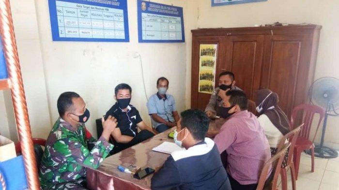 Babinsa  Sertu Soni Ikuti Diskusi Pencegahan dan Penyebaran Covid 19 di Kelurahan Kelapa Tiga Permai