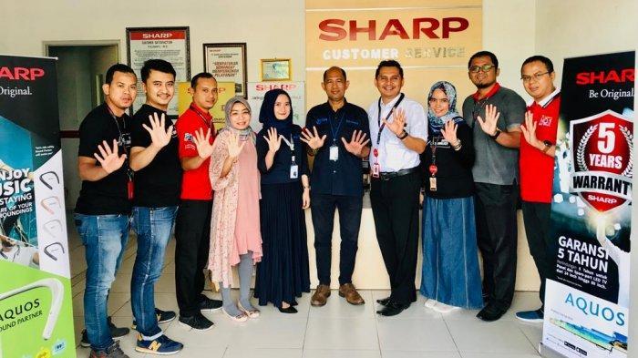 Choirul Huda, Branch Manager Sharp Lampung ((4 kanan) dan Pemred Tribun Lampung Andi Asmadi (tengah) foto bersama dengan karyawan Sharp Lampung di Bandar Lampung, Kamis (19/9/2019).