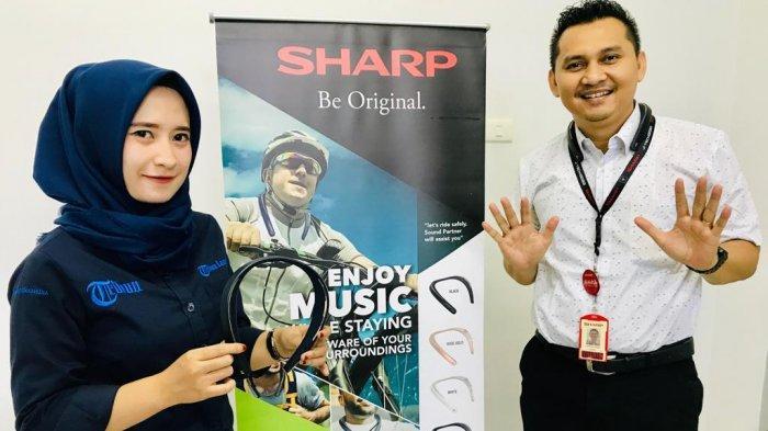 Choirul Huda, Branch Manager Sharp Lampung (kanan) bersama karyawan Tribun Lampung mencoba perangkat Aquos Sound Partner,
