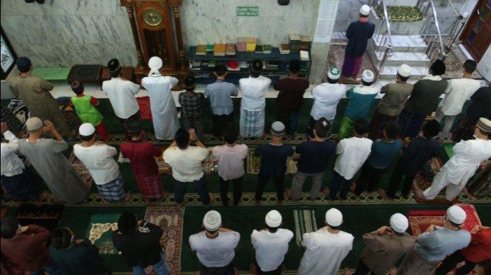 FOTO Warga Gelar Sholat Idul Adha 1442 H di Masjid Al Abror Bandar Lampung