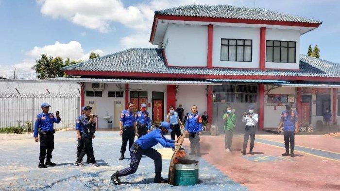 Pegawai Rutan Menggala Lampung Simulasi Penanganan Musibah Kebakaran